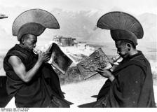 Tibetexpedition, Mönche mit Muscheltrompeten